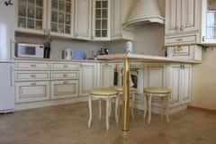 Interior da cozinha com uma tabela e utensílios de mesa dentro fotografia de stock royalty free