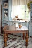 Interior da cozinha do vintage com a tabela do vintage no meio imagem de stock