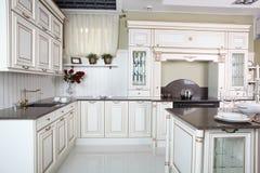 Interior da cozinha europeia moderna Foto de Stock Royalty Free
