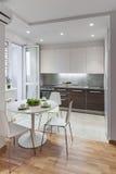 Interior da cozinha no apartamento moderno no estilo escandinavo Foto de Stock