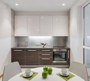 Interior da cozinha no apartamento moderno no estilo escandinavo Fotografia de Stock Royalty Free