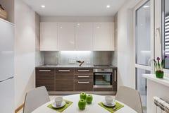 Interior da cozinha no apartamento moderno no estilo escandinavo Fotos de Stock