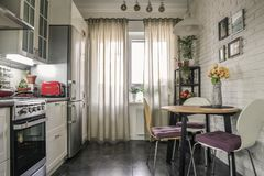 Interior da cozinha no estilo escandinavo imagens de stock