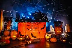Interior da decoração de Dia das Bruxas na obscuridade fotografia de stock royalty free
