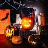 Interior da decoração de Dia das Bruxas na obscuridade imagem de stock