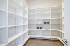 Interior da despensa com prateleiras vazias em uma casa nova Fotos de Stock