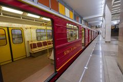 Interior da estação de metro moderna com trem fotografia de stock royalty free
