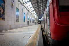 Interior da estação de trem de Rossio em Lisboa, Portugal imagens de stock royalty free