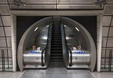 Interior da estação subterrânea de Southwark, Londres que mostra escadas rolantes no túnel fotografia de stock