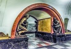 Interior da estação de metro de Ploshchad Revolyutsii em Moscou, Russ Fotografia de Stock