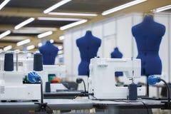 Interior da fábrica do vestuário Costurando a indústria, oficina do desenhador de moda, conceito da indústria fotografia de stock