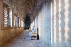 Interior da galeria do templo de Angkor Wat, Camboja Fotos de Stock Royalty Free