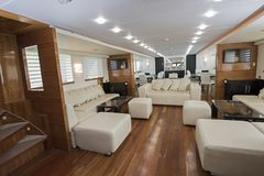 Interior da grande área do salão de beleza do iate luxuoso do motor imagens de stock royalty free