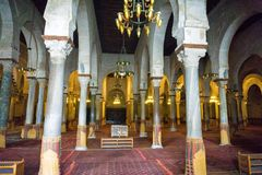 Interior da grande mesquita em Kairouan, Tunísia imagem de stock