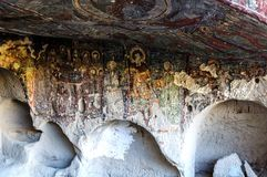 Interior da igreja da caverna com os filhos cristãos do fresco quarenta do ortodox adiantado na igreja Kirkdamalti Kilise Guzelyu Foto de Stock