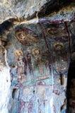Interior da igreja da caverna com os filhos cristãos do fresco quarenta do ortodox adiantado na igreja Kirkdamalti Kilise Guzelyu Imagem de Stock Royalty Free