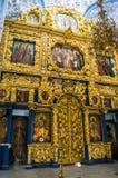 Interior da igreja ortodoxa antiga do ícone de nossa senhora do sinal, igreja de Znamenskaya no solar Dubrovitsy, Rússia fotografia de stock royalty free