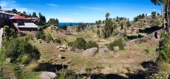 Interior da ilha de Taquile com casas e campos, Peru Fotografia de Stock