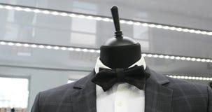 Interior da loja de roupa do ` s dos homens Ternos do ` s dos homens Camisas do ` s dos homens Boutique caro Roupa de compra em u filme