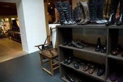 Interior da loja de sapatas Fotos de Stock Royalty Free