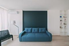 Interior da luz com revestimento em um apartamento moderno Fotos de Stock
