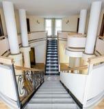 Interior da mansão com escadaria e balcão Fotos de Stock Royalty Free