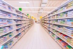 Interior da mercearia no borrão fotografia de stock