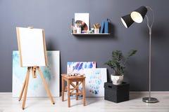Interior da oficina do artista com armação e grupo de equipamento profissional fotos de stock royalty free