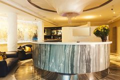 Interior da recepção moderna do hotel imagem de stock royalty free