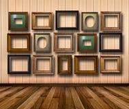 Interior da sala com quadros de madeira listrados do papel de parede e do ouro Imagens de Stock Royalty Free