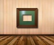 Interior da sala com quadros de madeira listrados do papel de parede e do ouro Imagens de Stock