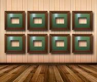 Interior da sala com quadros de madeira listrados do papel de parede e do ouro Imagem de Stock