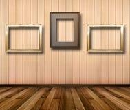 Interior da sala com quadros de madeira listrados do papel de parede e do ouro Imagem de Stock Royalty Free