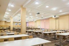 Interior da sala de aula moderna da escola das audiências vazias da universidade para o estudante durante o estudo, a leitura e a imagens de stock