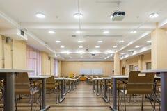 Interior da sala de aula moderna da escola das audiências vazias da universidade para o estudante durante o estudo, a leitura e a imagem de stock