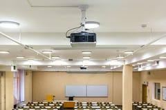 Interior da sala de aula moderna da escola das audiências vazias da universidade para o estudante durante o estudo, a leitura e a imagem de stock royalty free