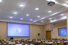 Interior da sala de aula moderna da escola das audiências vazias da universidade para o estudante durante o estudo, a leitura e a foto de stock