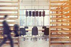 Interior da sala de conferências com paredes da prancha, povos Fotografia de Stock Royalty Free