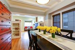 Interior da sala de jantar com a grande tabela preta. Fotografia de Stock
