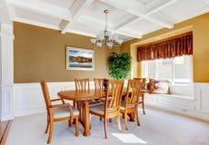 Interior da sala de jantar com a tabela branca do banco e da madeira. Fotografia de Stock