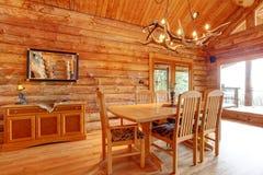 Interior da sala de jantar da cabana rústica de madeira. Foto de Stock Royalty Free