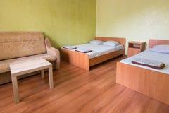 Interior da sala de um hotel do orçamento com duas camas Fotos de Stock