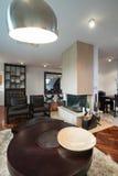 Interior da sala de visitas com chaminé Imagem de Stock