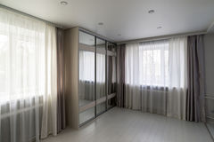 interior da sala de visitas com o vestuário da janela e do espelho imagens de stock