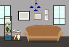 Interior da sala de visitas com sofá, biblioteca e moldura para retrato na parede Fotografia de Stock Royalty Free