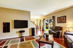 Interior da sala de visitas com tevê e o tapete colorido Fotografia de Stock