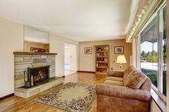 Interior da sala de visitas da casa americana velha grande com assoalho de folhosa Fotografia de Stock Royalty Free