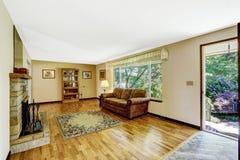 Interior da sala de visitas da casa americana velha grande com assoalho de folhosa Imagem de Stock