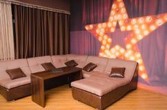 Interior da sala de visitas moderna na mansão luxuosa Foto de Stock
