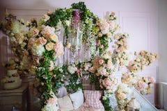 Interior da sala decorado com flores Conceito do photostudio e do projeto bonitos Fotos de Stock Royalty Free